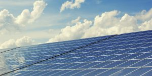 Groot dak met zonnepanelen