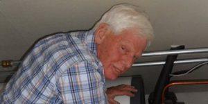 Wim van Holst bij zijn warmepomp