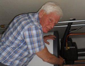 Wim van Holst bij zijn zonne-boiler