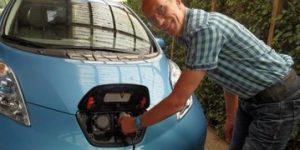 Thale Westebring bij zijn elektrische auto