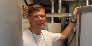 Martin Luiting bij zijn warmtepomp.